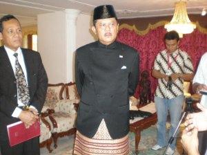 Tan Sri Dai' Bakhtiar (Duta Besar) selepas sidang akbar diadakan di Kedutaan Republik Indonesia. Event ni aku yang cover. Rasa seronok pula coz pc turut dihadiri reporters dari Indonesia