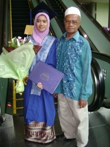 aku bersama ayah tercinta selepas majlis konvokesyen Ogos 2009