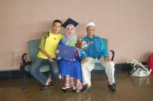aku (tengah) bersama ayah (kanan) dan sepupu (kiri)